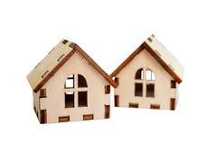Dwa odizolowywali drewnianych domy na białym tle, jeden domu stojaki za inny, pojęcie dla sprzedawać domy, copyspace obraz stock