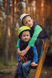 Dwa odważnej uroczej chłopiec, dwoistego portret, dzieciaków siedzieć i smil, Fotografia Royalty Free