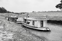 Dwa łodzi na wodzie rzecznej na naturalnym tle Zdjęcia Stock