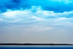 Dwa łodzi na zmierzchu oceanu horyzontu tle Zdjęcia Royalty Free