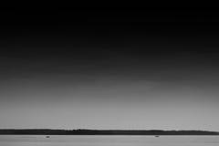 Dwa łodzi na zmierzchu oceanu horyzontu tle Zdjęcia Stock
