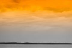 Dwa łodzi na zmierzchu oceanu horyzontu tle Fotografia Royalty Free
