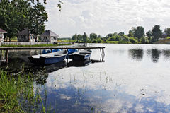 Dwa łodzi przy molem na jeziorze zdjęcie royalty free