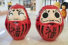 Dwa Okiagari Daruma w bramy Ekamai wydziałowym sklepie czerwień fotografia stock