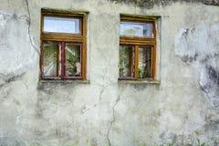Dwa okno gliny stara ściana fotografia stock
