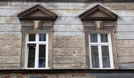 Dwa okno na fasadzie stary obdarty ceglany dom zdjęcie royalty free