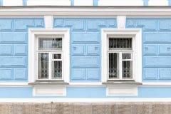 Dwa okno stary xix wiek dwór z błękitnymi ścianami fotografia stock
