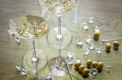 Dwa oliwnego Martini koktajlu Zdjęcia Royalty Free