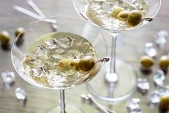 Dwa oliwnego Martini koktajlu Fotografia Stock