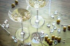 Dwa oliwnego Martini koktajlu Zdjęcie Stock