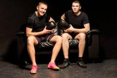 Dwa one uśmiechają się życzliwego boksera siedzi wpólnie Zdjęcie Royalty Free