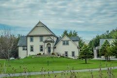 Dwa opowieści dom na Trawiastym wzgórzu zdjęcie royalty free