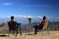 Dwa osob obsiadanie przed możnym himalaje na wakacje fotografia royalty free