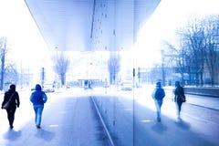 Dwa osoby chodzenia w ruchliwej ulicie Fotografia Royalty Free