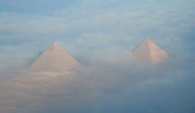 Dwa ostrosłupa w Caïro Egipt, brać formularzowego samolot Obrazy Royalty Free