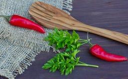 Dwa ostry czerwony pieprz, parsleyand rozwidlenie Fotografia Royalty Free