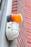 Dwa ostrzegawczego światła, jeden pomarańcze i jeden biel, Zdjęcie Royalty Free