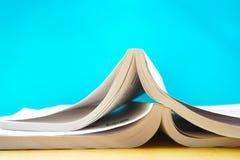 Dwa otwierającej książki w błękitnym tle Zdjęcia Stock