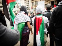 Dwa Palestyńskiego protestującego themselves z Palestyna flaga zakrywają up przy Sydney Townhall zdjęcia royalty free