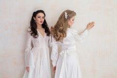 Dwa panny młodej poślubia blondynki brunetkę w ślubnych sukniach Zdjęcie Stock