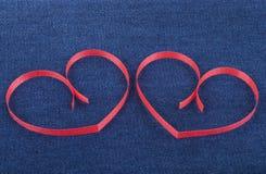 Dwa papierowego serca na cajgach Zdjęcia Royalty Free