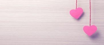 Dwa papierowego serca wiesza na arkanie Obraz Stock