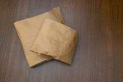 Dwa papierowej torby na stole z drewnian? tekstur? nad t?a zako?czenia fotografia w g?r? orzech w?oski Poj?cie u?ywa? ekologiczni obraz stock