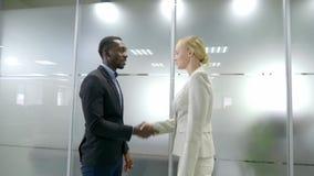Dwa partner biznesowy spotykający trząść ręki gdy zbiory