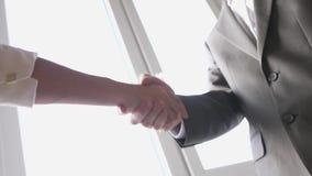 Dwa partner biznesowy trząść ręki gdy spotykający między kobietą w kostiumu i mężczyzną sukces si? swobodny ruch 3840x2160 zbiory wideo