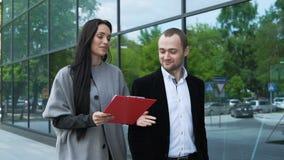 Dwa partnera biznesowego dyskutują strategię dla sukcesu zbiory