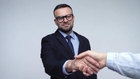 Dwa partnera biznesowego wita each inny w studiu trząść ręki swobodny ruch zbiory