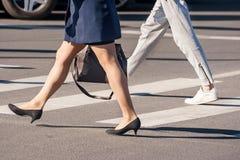Dwa pedestrians chodzić Zdjęcie Royalty Free