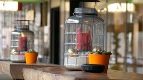 Dwa piękny szklany candlestick z dużą czerwoną palenie wosku świeczką czerwony kolor który jest wśrodku candlestick i zbiory wideo