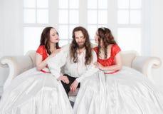 Dwa piękna kobieta i mężczyzna w średniowiecznych kostiumach Fotografia Royalty Free
