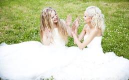 Dwa piękna panna młoda w ogródzie Zdjęcia Royalty Free