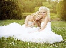 Dwa piękna panna młoda w ogródzie Obrazy Royalty Free
