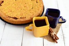 Dwa pięknego x28 & filiżanki; zmrok - błękit x29 i yellow&; z kawą, herbatą i świeżo piec domowej roboty tortem, zdjęcia stock