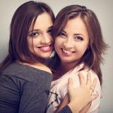 Dwa pięknego roześmianego dziewczyna przyjaciela patrzeje z miłością i naturą Zdjęcie Royalty Free