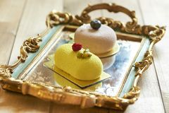 Dwa pięknego torta na rocznik tacy obraz royalty free