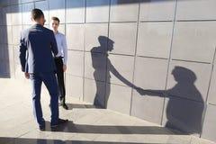 Dwa pięknego ufnego młodego człowieka przedsiębiorcy spotykać i gree obraz stock