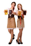 Dwa pięknej blondynów i brunetki dziewczyny oktoberfest piwny stein zdjęcia stock