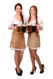Dwa pięknej blondynów i brunetki dziewczyny oktoberfest piwny stein obraz royalty free