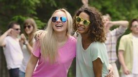 Dwa pięknej dziewczyny ono uśmiecha się, tanczący z przyjaciółmi przy przyjęciem, zdrowy styl życia zbiory wideo