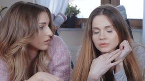 Dwa pięknej dziewczyny opowiada podczas gdy kłamający na łóżku zdjęcie wideo