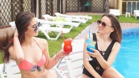 Dwa pięknej dziewczyny piją kolorowych koktajle zbiory wideo