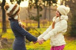 Dwa pięknej dziewczyny trzyma ręki w parku Zdjęcia Royalty Free