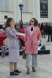Dwa pięknej dziewczyny ubierali bardzo modnego zdjęcia royalty free