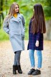Dwa pięknej dziewczyny w jesień lesie Fotografia Stock