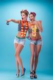 Dwa pięknej emocjonalnej dziewczyny w pinup stylu Obrazy Royalty Free