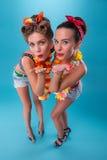Dwa pięknej emocjonalnej dziewczyny w pinup stylu Zdjęcie Royalty Free